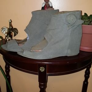 Size 15 women's olive color ankle boots